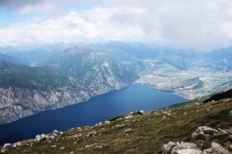 arkistokuva: Monte Altissimolta alas Gardalle. Näkyy siellä myös Ledrojärvi ja Tennokin