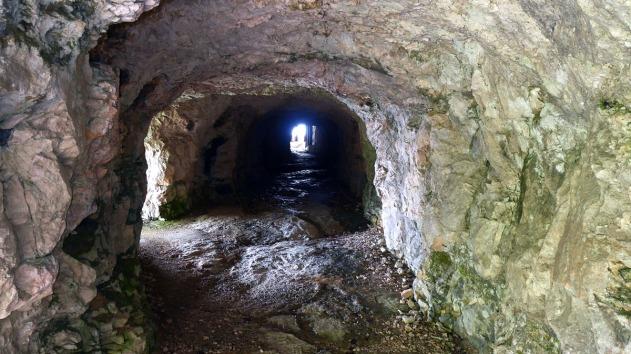 Monte Cengio ja Grenadiinien muulitiessä on myös luolia koverrettu